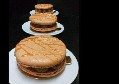 Macaron (grand) : mousse choco noir, praliné pétillant, caramel beurre salé